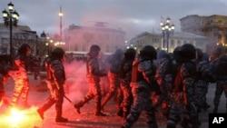 莫斯科防暴警察和示威者发生冲突