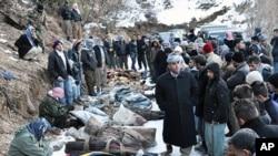 遭土耳其發動空襲襲擊死亡的庫爾德反政府嫌疑人的遺體擺放在一起。