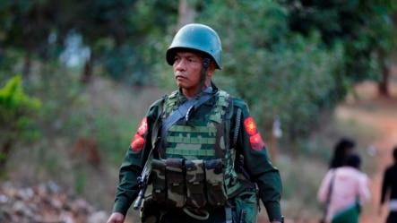 一名缅军士兵在腊戍的街道上行走(资料照)
