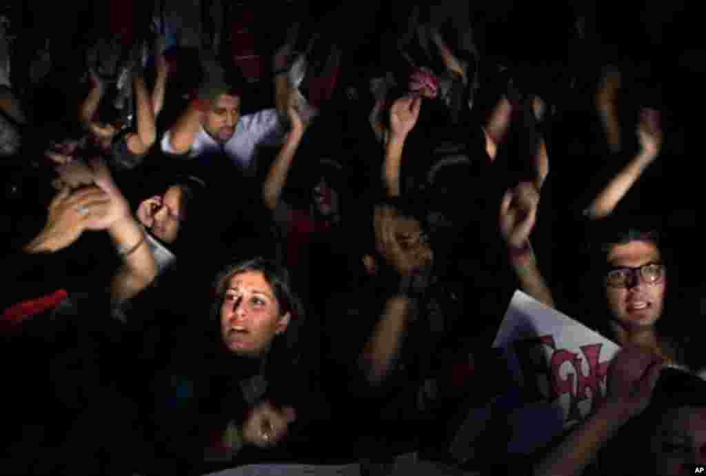 13일 파키스탄 총선 개표가 진행되는 가운데, 임란 칸이 이끄는 테흐리크-에-인샤프 지지자들이 선거가 조작되었다고 주장하며 시위하고 있다.