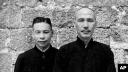1941年蒋介石(右)在湖南,左边的是他的儿子蒋经国