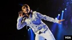 Bintang pop Kanada, Justin Bieber, menjadi pemenang besar pada hari Minggu di ajang American Music Awards.