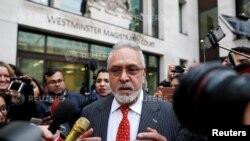 بھارت کی ایک معروف کارباری شخصیت وجے مالیا، ملک سے اپنی بے دخلی سے متعلق مقدمے کی سماعت کے بعد لندن کی ایک عدالت کے باہر میڈیا سے بات کر رہے ہیں۔ 10 دسمبر 2018