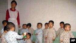 지난 2005년 북한 함경남도 함흥의 한 탁아소에서 국제 구호단체 카리타스의 지원을 받는 어린이들. (자료사진)