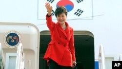 지난 23일 박근혜 한국 대통령이 네델란드행 전용 비행기에 오르며 손을 흔들고 있다.