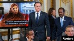 Thủ tướng Anh David Cameron (giữa) và Tổng thống Somalia Hassan Sheikh Mohamud (phải) đến dự buổi hội nghị về Somalia ở London 7/5/13