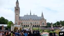 Người biểu tình, cảnh sát và truyền thông tập trung bên ngoài Tòa Trọng tài Thường trực ở La Haye, Hà Lan, vào ngày 12/7/2016, trước khi tòa đưa ra phán quyết vụ kiện của Philippines chống lại yêu sách chủ quyền của Trung Quốc trên Biển Đông.