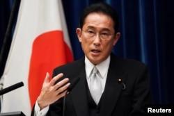 日本新任首相岸田文雄在东京首相府的记者会上讲话。(2021年10月4日)