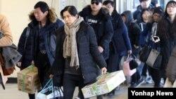 설 연휴 나흘째인 9일 귀경객들이 강남고속버스터미널에 내려 귀가하고 있다.