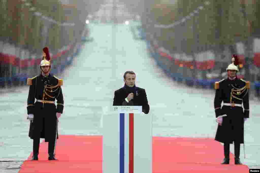 Presidente francês Emmanuel Macron discursa na cerimónia do Dia do Armistício, 100 anos depois do fim da Guerra Mundial I, no Arco do Triunfo, em Paris, 11 de Novembro, 2018.