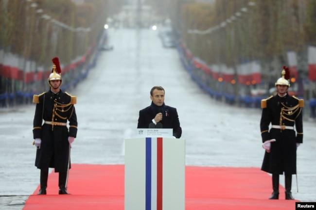 El presidente francés, Emmanuel Macron, pronuncia un discurso durante una ceremonia de conmemoración del Día del Armisticio, 100 años después del final de la Primera Guerra Mundial en el Arco de Triunfo, en París, el 11 de noviembre de 2018.