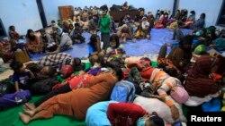 Suasana di tempat penampungan sementara di desa Sumber Agung, Kediri, saat penduduk dievakuasi dari rumah mereka akibat letusan Gunung Kelud, 14 Februari 2014. (Foto: dok).