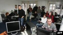 Zaposleni na televiziji Avala, koji već 19 dana štrajkuju, sutra će se u Republičkoj radiodifuznoj agenciji (RRA) sastati sa vlasnicima televizije i razgovarati o problemima neisplacenih zarada i daljoj sudbini tog medija, 10. januar 2012.