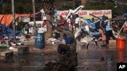 2013年8月14日被推翻的埃及总统穆尔西的支持人士在首都开罗向警察开枪射击。