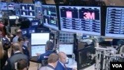 Para pelaku pasar berharap cemas saat para pembuat kebijakan perbankan Amerika bertemu di Washington (Foto: dok). Bank Sentral AS kemungkinan akan terus membeli obligasi yang didukung kresdit rumah dan berbagai aset lain untuk menjaga tingkat suku bunga tetap rendah (14/11).