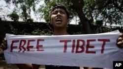 Người Tây Tạng lưu vong ở Ấn Ðộ biểu tình phản đối Trung Quốc.