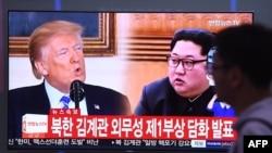 南韓首爾一座火車站電視新聞上播放川普總統和北韓領導人金正恩的拼圖照片