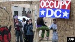 Người biểu tình tại thủ đô Washington đứng bên trong một công trình bằng gỗ dựng lên khi chưa có giấy phép