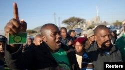 Beberapa pekerja tambang di Afrika Selatan yang mengakhiri aksi mogok tahun lalu (foto: ilustrasi). Afsel menyelamatkan 486 penambang yang terjebak kebakaran.