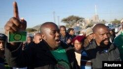 Des milliers de mineurs manifestent dans la plaine aride de Marikana, Afrique du Sud, 24 juin 2014.