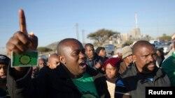 Des mineurs manifestent devant la mine de platine de Marikana, en Afrique du Sud, 25 Juin, 2014.