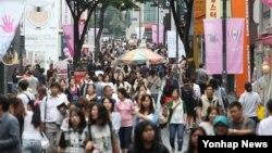 인파로 붐비는 명동 거리 (자료 사진)