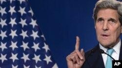 El secretario Kerry participa en las conversaciones por teleconferencia.