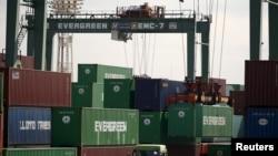 Các container tại bến cảng ở Tokyo, Nhật Bản.