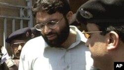 Omar Sheikh, kẻ cầm đầu vụ bắt cóc và giết hại nhà báo Pearl, rời khỏi tòa án tối cao ở Karachi, Pakistan với an ninh nghiêm ngặt. (Ảnh tư liệu năm 2002)
