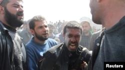 30일 시리아 알레포에 공습이 가해진 가운데, 친지의 죽음에 슬퍼하는 남성.
