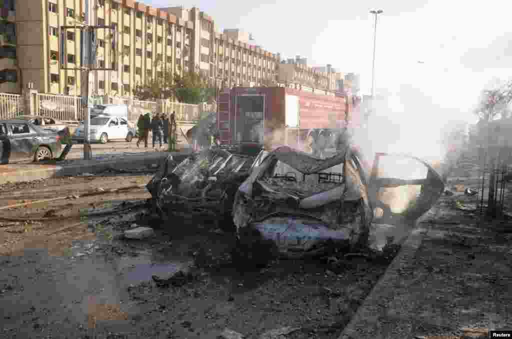 15일 시리아 알레포 대학에서 발생한 폭탄테러로 손상된 차량과 건물들.