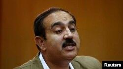 Ghulam Mujtaba Patang memberikan keterangan pada pers setelah diberhentikan dari jabatannya sebagai Menteri Dalam Negeri Afghanistan, di Kabul 22 Juli 2013.