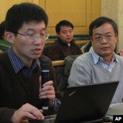 报告作者之一任星辉(左)介绍报告内容