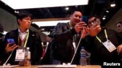 在美國拉斯維加斯參加2019國際消費類電子產品展的人們在查看華為Mate20智能手機。(2019年1月8日)