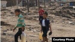 유엔아동기금UNICEF가최근함경북도수해지원상황에대한보고서를발표했다. 함경북도 무산군 수재민 아동들이 물을 길어 나르는 사진이 보고서에 실렸다.