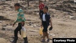 유엔아동기금UNICEF가28일함경북도수해지원상황에대한보고서를발표했다. 함경북도 무산군 수재민 아동들이 물을 길어 나르는 사진이 보고서에 실렸다.