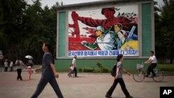 지난 6월 평양 거리에 '군사 원칙에 입각한 경제 건설'을 강조하는 포스터가 걸려있다.