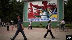 지난 2013년 6월 평양 거리에 '군사 원칙에 입각한 경제 건설'을 강조하는 포스터가 걸려있다. (자료사진)