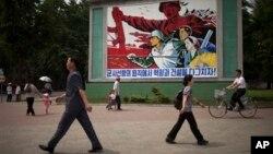 지난달 16일 평양 거리에 '군사 원칙에 입각한 경제 건설'을 강조하는 포스터가 걸려있다.