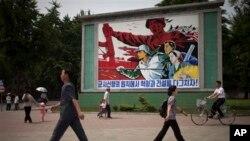 지난해 6월 평양 거리에 '군사 원칙에 입각한 경제 건설'을 강조하는 포스터가 걸려있다. (자료사진)