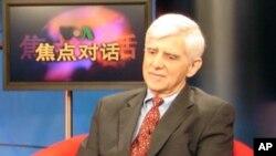 專家蓋保德參加美國之音節目