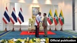 Thống tướng Min Aung Hlaing (phải) được trao tặng Huân chương Bạch Tượng Hiệp sĩ Đại Thập tự (Nhất đẳng) tại một buổi lễ ở Bangkok, Thái Lan, ngày 16 tháng 2, 2018.