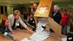 Para pejabat pemilu Belarus menghitung surat suara yang masuk di salah satu TPS di Minsk, Belarus (23/9).