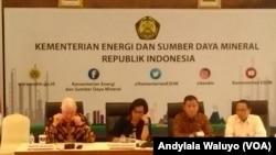 Menteri ESDM Ignasius Jonan, Menteri Keuangan Sri Mulyani dan CEO Freeport McMoRan Inc. dalam konferensi pers mengenai kesepakatan kelanjutan operasi PT Freeport Indonesia di Jakarta, 29 Agustus 2017.