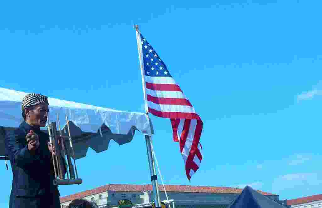 Maestro angkulng dari Bandung, Mang Udjo, didatangkan langsung dari Indonesia untuk acara Fasitval Indonesia ini. Dalam foto ini, tarlihat Mang Udjo memberikan instruksi kepada para pemain anhgklung yang berkumpul di lapangan Washington Monument (foto: Ra