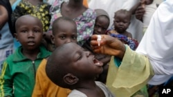 Vaccination d'enfants d'un camp de déplacés contre la polio, Maiduguri, Nigeria, Aug. 28 aoùt 2016.
