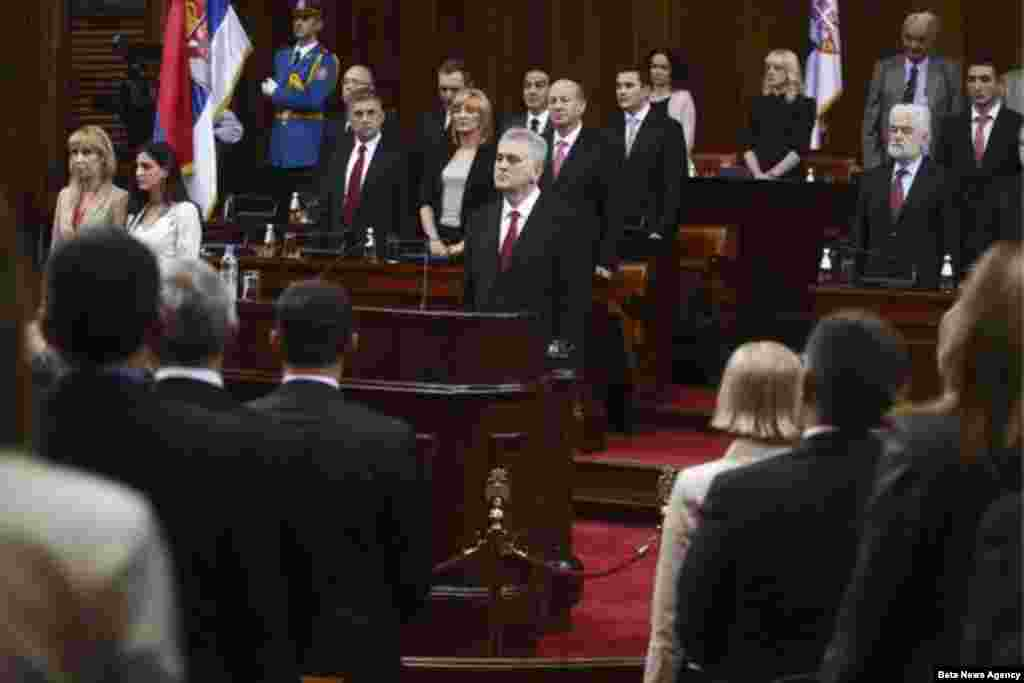 Tomislav Nikolić tokom intoniranja državne himne, pre nego je položio predsedničku zakletvu