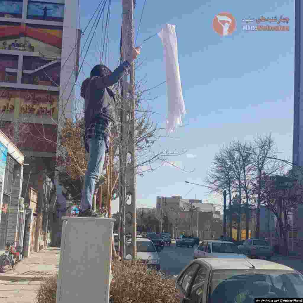 ادامه اعتراض نمادین به حجاب اجباری - عکس زنی که روسری خود را در بجنورد بر چوب کرده است.