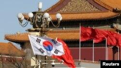 北京为迎接韩国总统文在寅访华在天安门前悬挂两国国旗。(2017年12月15日)