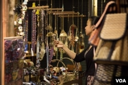 A night market in the Cambodian tourist town of Siem Reap on Thursday, March 19, 2015. First Lady Michelle Obama is expected to make a landmark visit to the town on Friday, to become the first sitting US First Lady to visit Cambodia. (Nov Povleakhena/VOA Khmer)